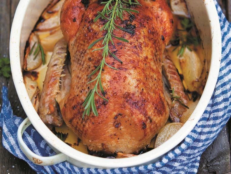 Pato assado com pera e rosmaninho