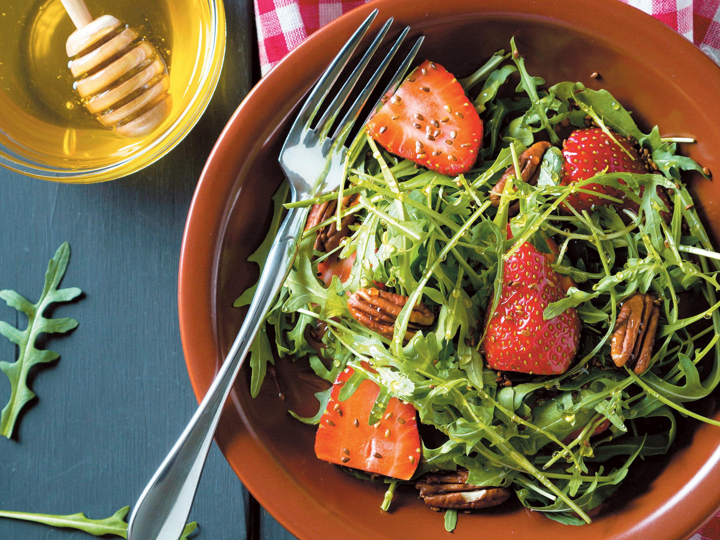 Salada de morangos, mel e nozes