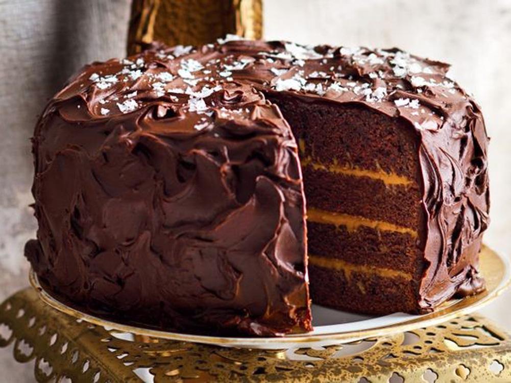 Bolo de chocolate em camadas com caramelo salgado