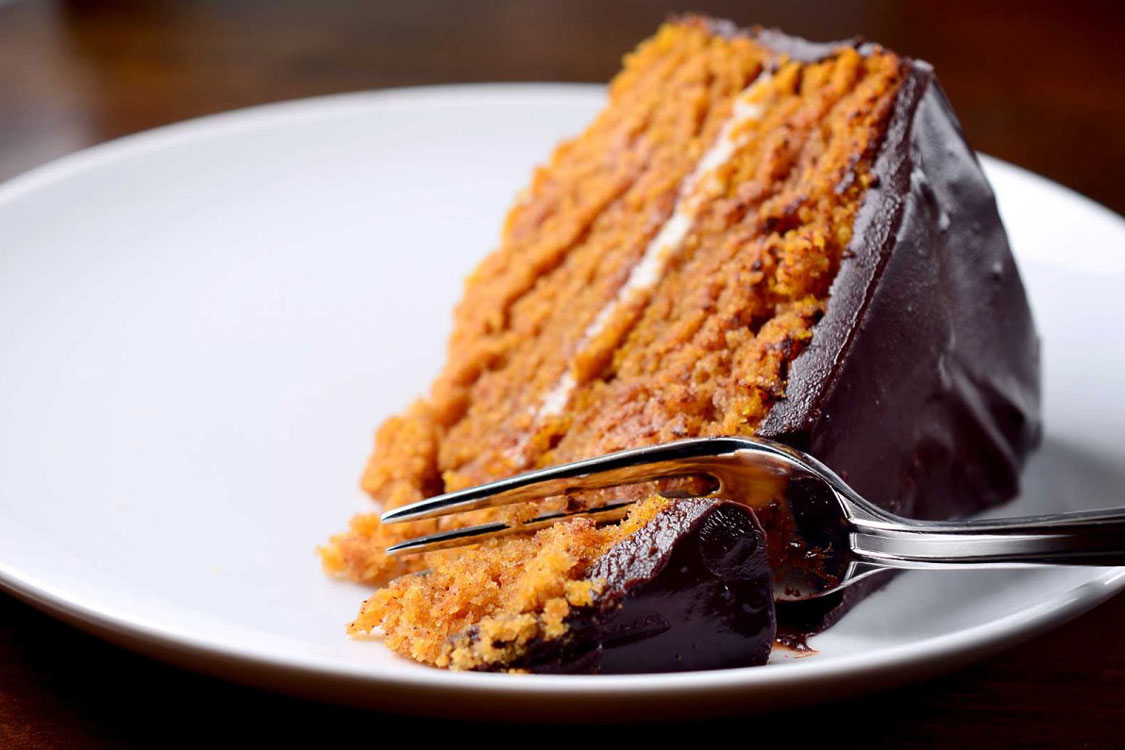 Adoce um final de jantar com um bolo de chocolate e abóbora!