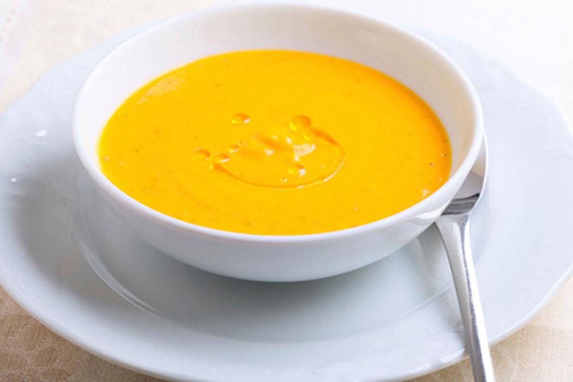 Esta sopa de abóbora é daquelas que nos fazem lembrar a comida da avó!