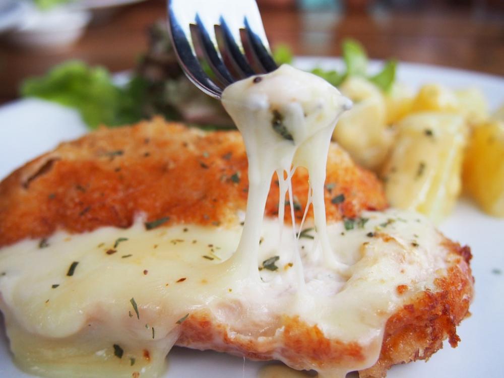 Frango panado no forno com queijo derretido