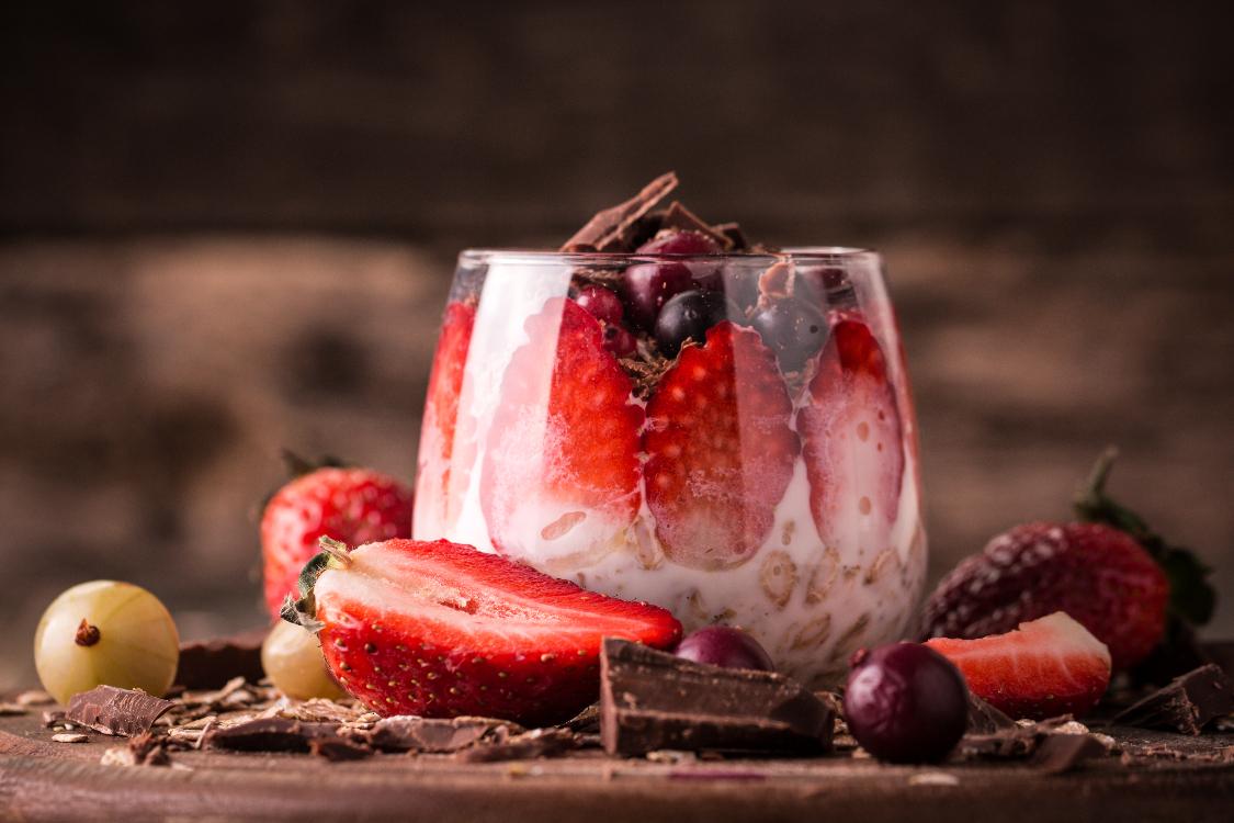 Iogurte de muesli com chocolate negro e morangos