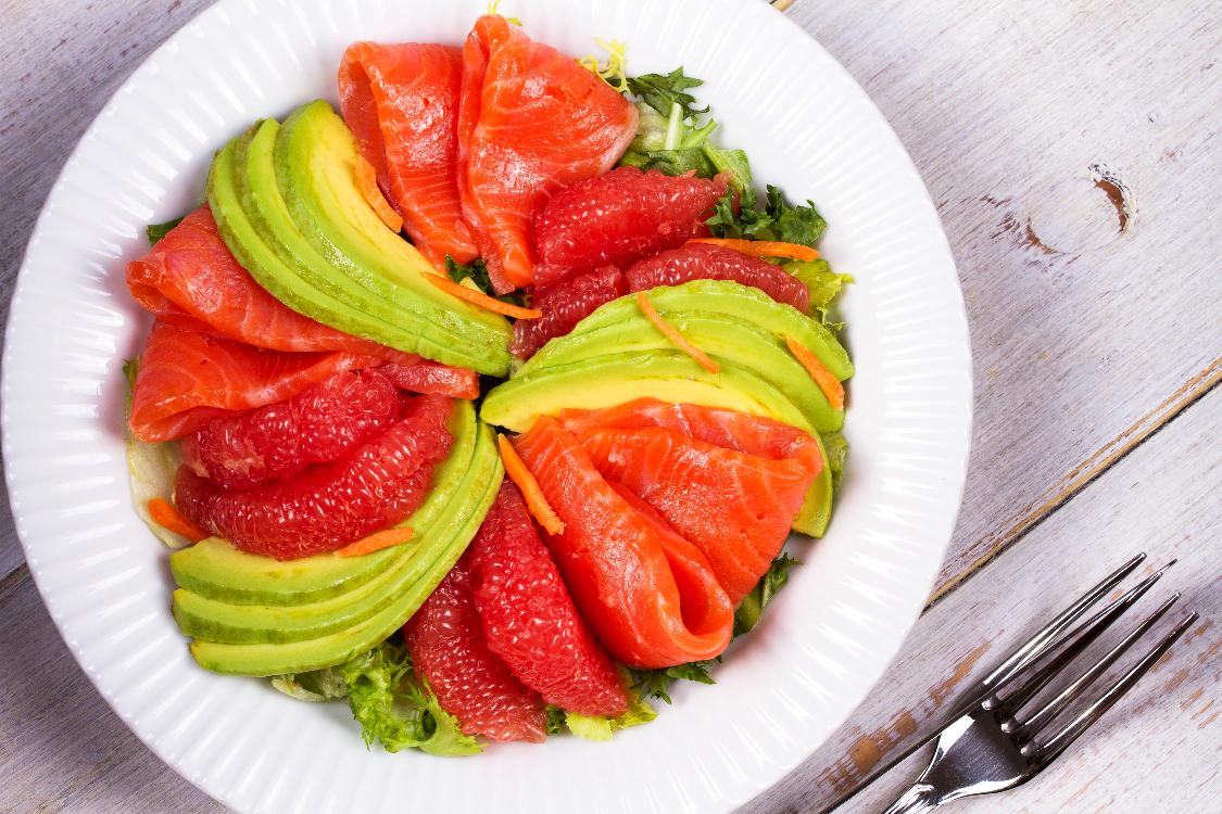 Salada de salmão, abacate e toranja