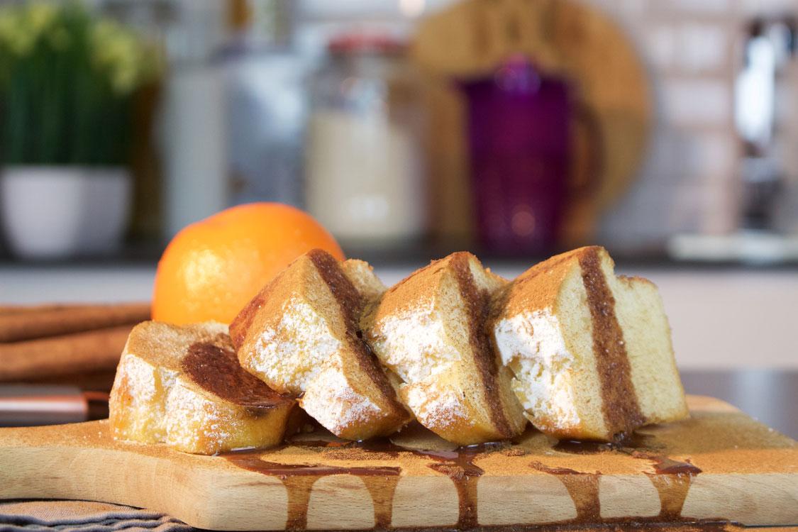 Bolo de laranja com canela e calda de chocolate