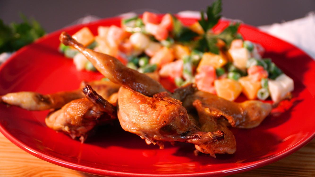 Codornizes com salada de legumes e pêssego
