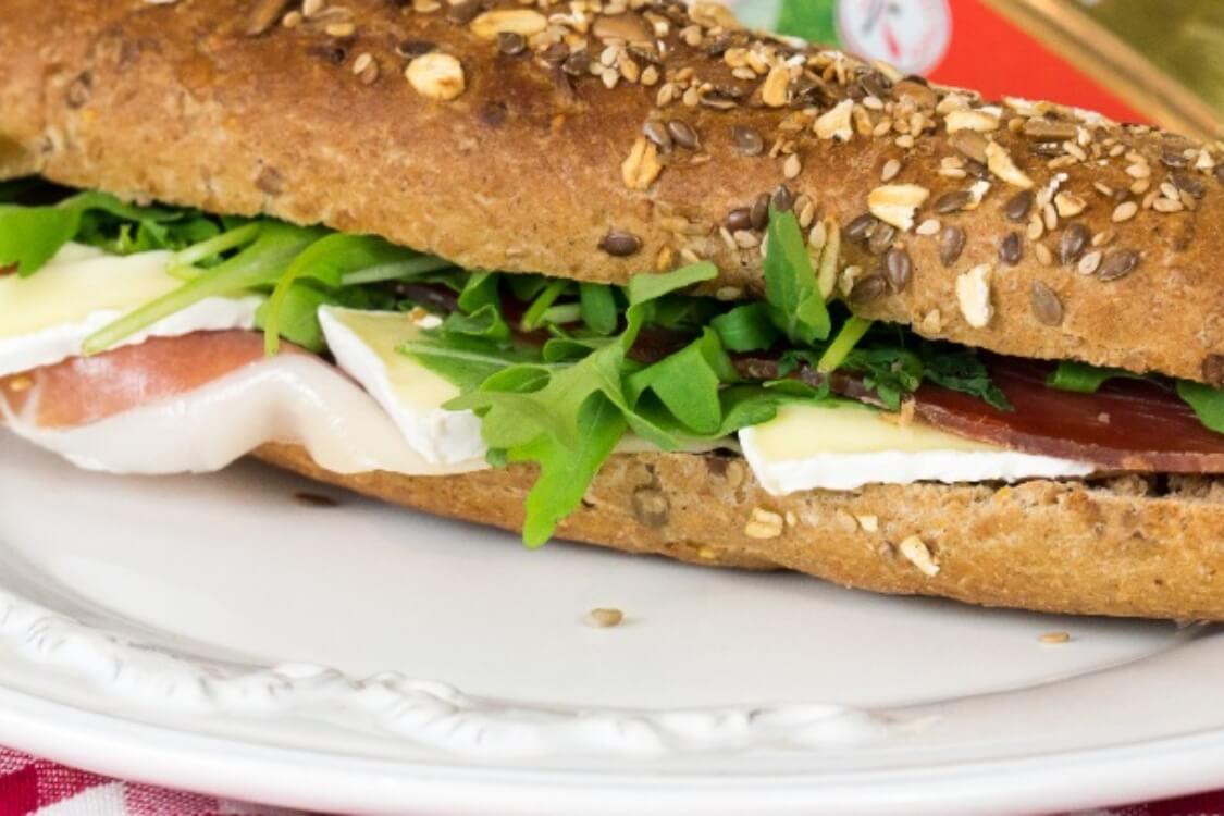 Sandes de presunto, queijo brie e rúcula: o simples sabe bem!