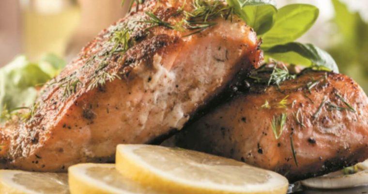 Salmão frito: uma alternativa macia e fresca ao bacalhau!