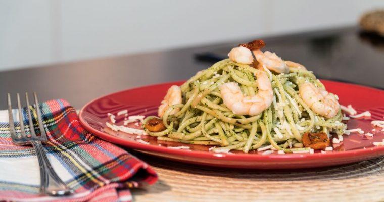 Linguini de camarão, pesto e queijo: para deixá-lo muito feliz!