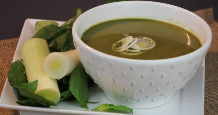 Sopa de alho-francês com espinafres: dá conforto na hora da refeição!