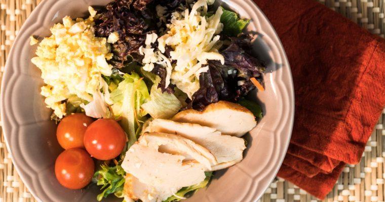 Salada de frango e ovo: mais saúde, menos calorias!