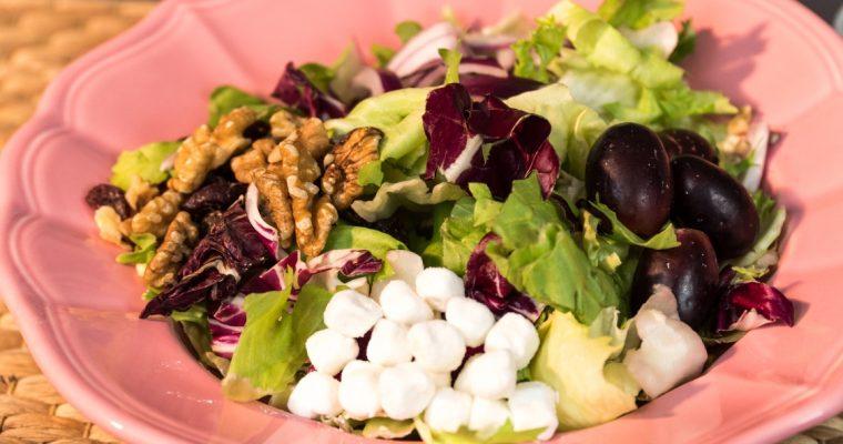 Salada de queijo de cabra, uva e frutos secos: que deliciosa combinação!