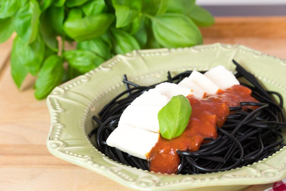 Esparguete nero com molho de tomate e mozarela: simples… e saboroso!