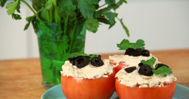 Tomates recheados com atum: um petisco fresco e rico em sabor!