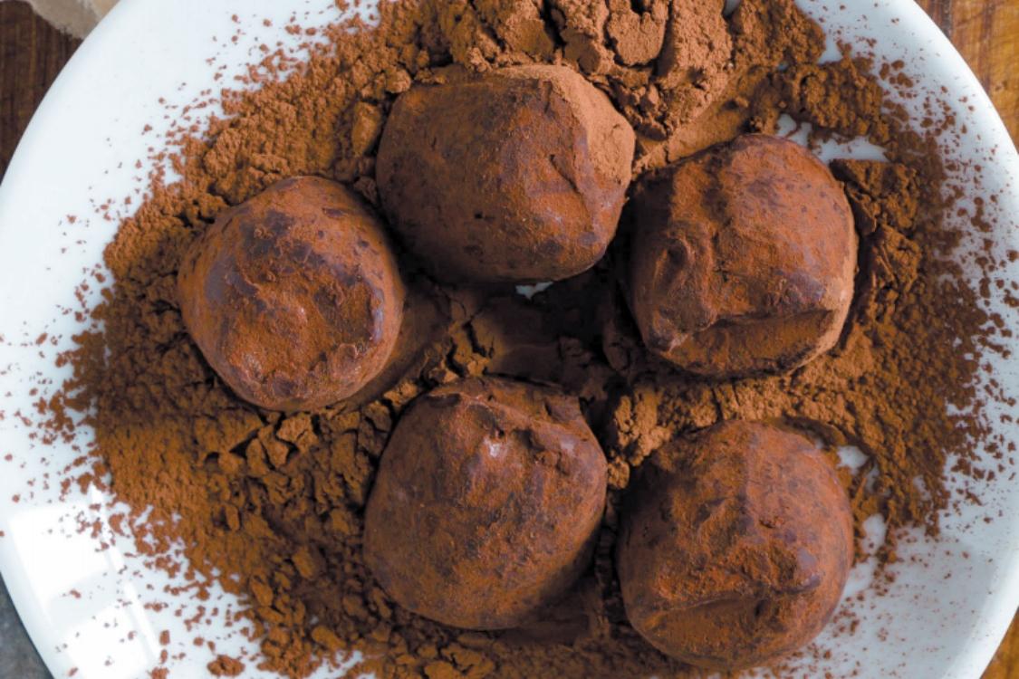 Trufas de bolo-rei, chocolate e avelãs: vai adorar este doce de inverno!