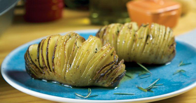 Batata Hasselback: tem um nome difícil de dizer… mas é saboroso de comer!
