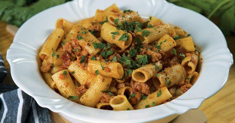Rigatoni com Linguiça e Tomate: um prato fácil e delcioso!