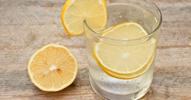 Porque devemos beber água quente com limão pela manhã