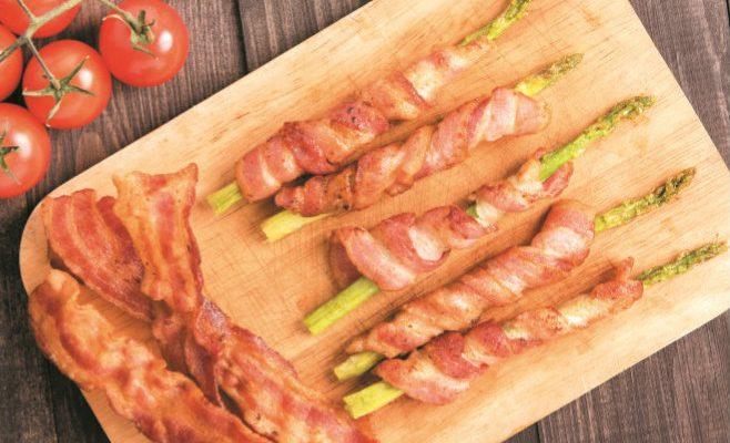 Uma entrada original e saborosa: espargos fritos com bacon