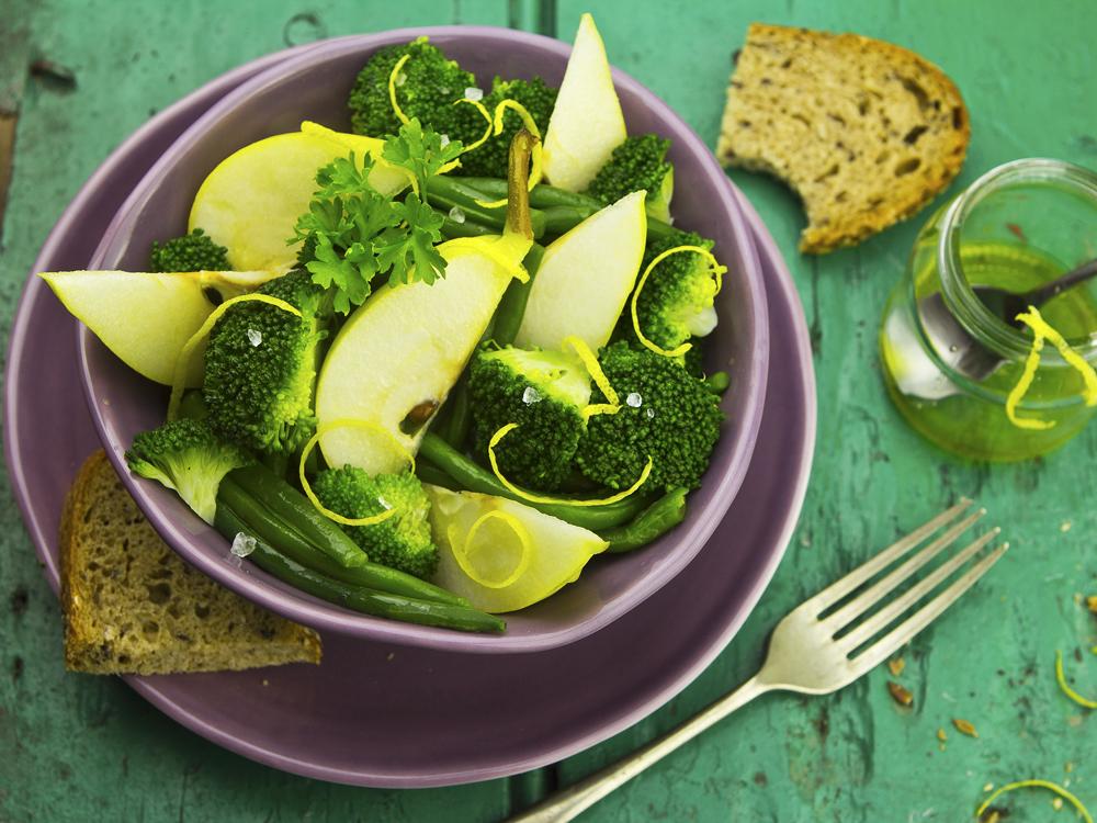 Salada de pêra, brócolos e feijão verde