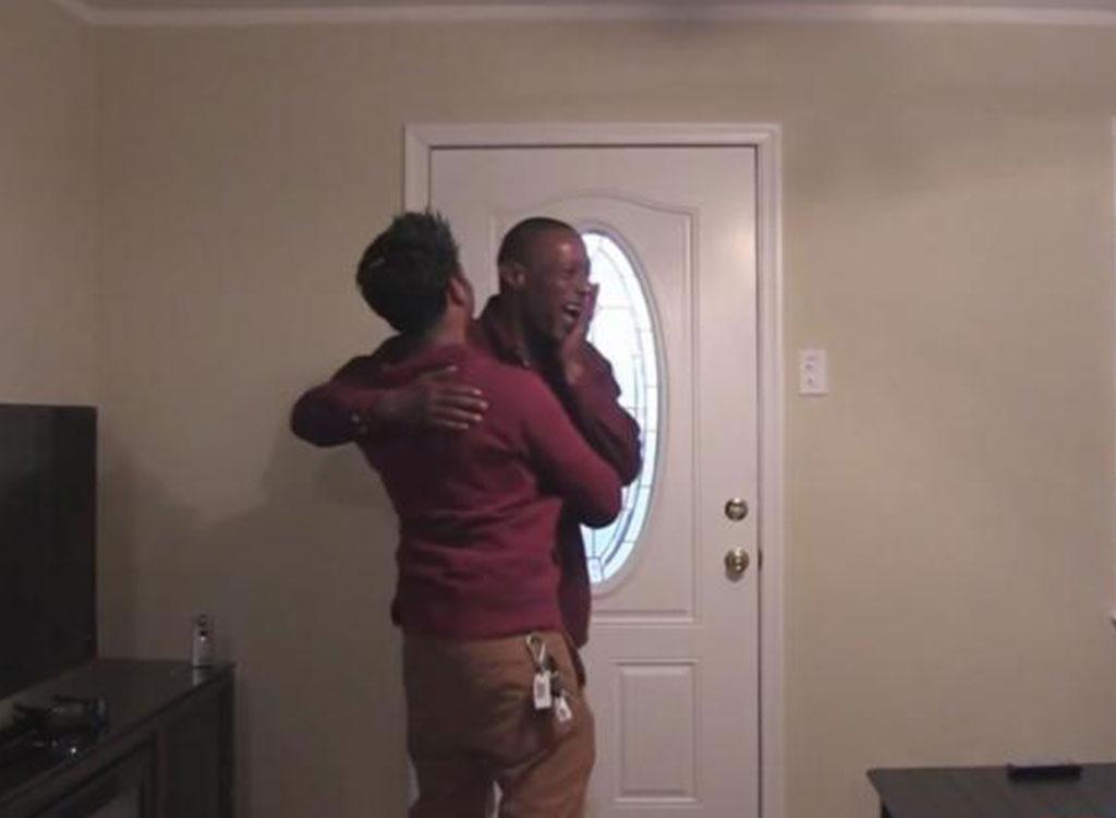 Homem leva mendigo para casa e tem a maior surpresa da sua vida