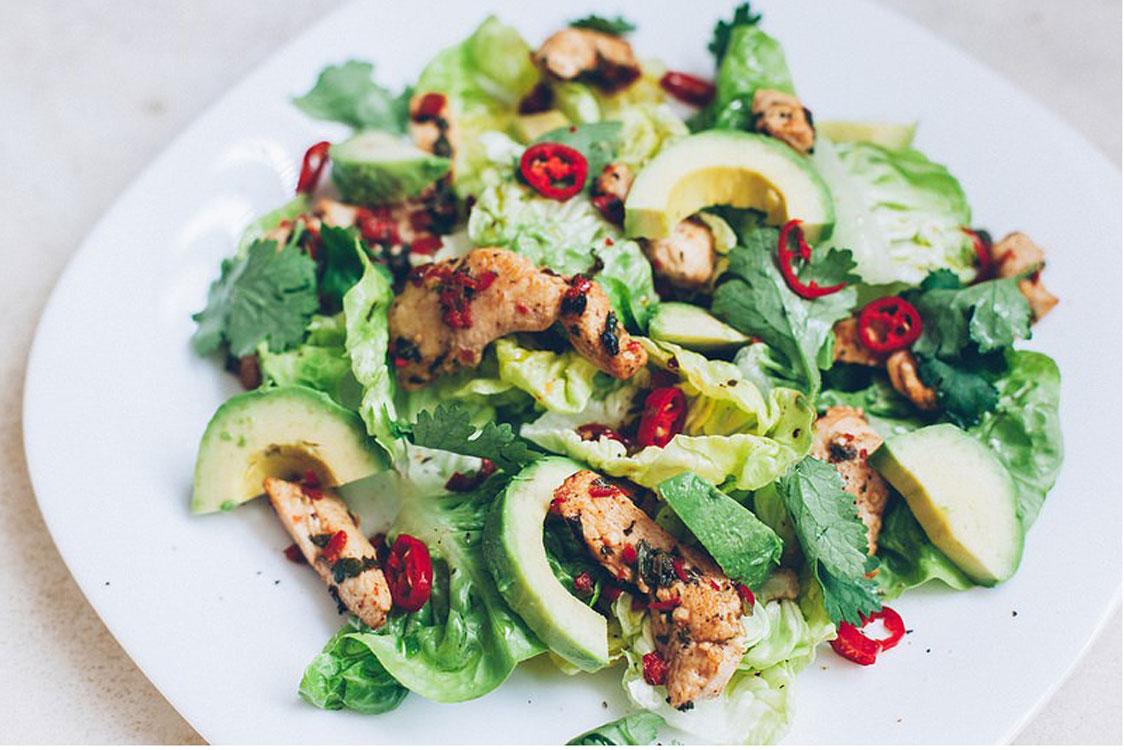 Que tal uma salada de frango e abacate?
