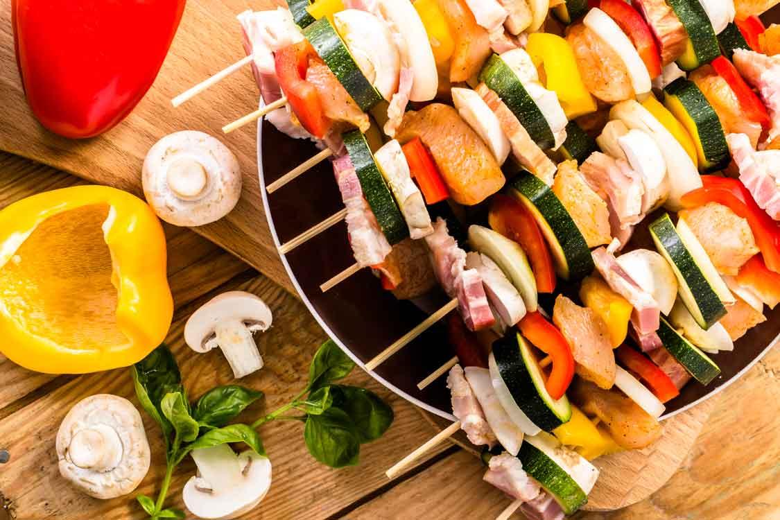 Espetadas de frango, bacon e vegetais