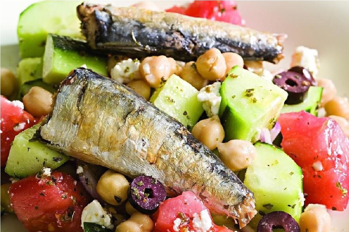 Receita de salada grega com sardinha