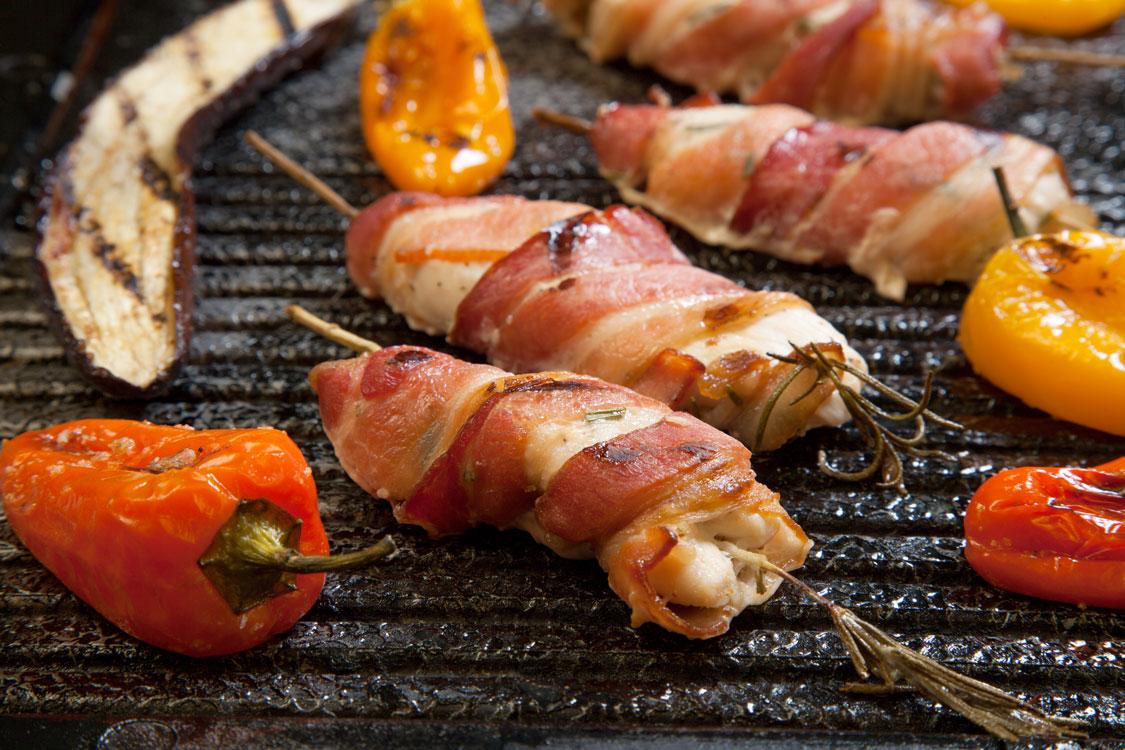 Peitos de frango embrulhados em bacon