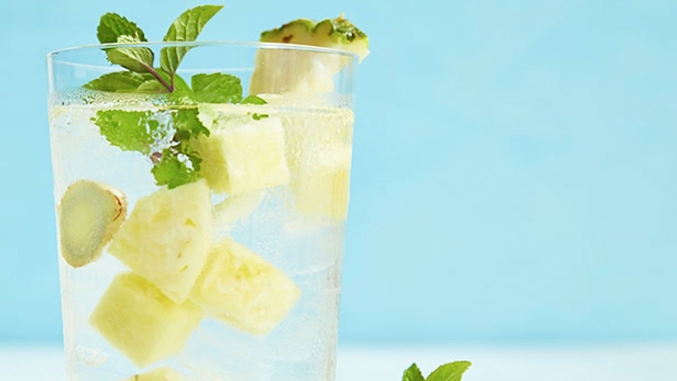 A água de abacaxi ajuda a combater a dor nas articulações, desinflamar e ainda vai fazer emagrecer