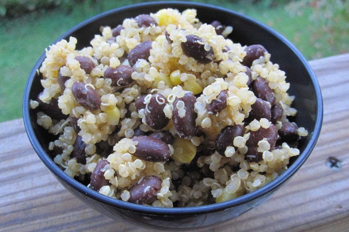 Receita saudável de quinoa e feijão preto