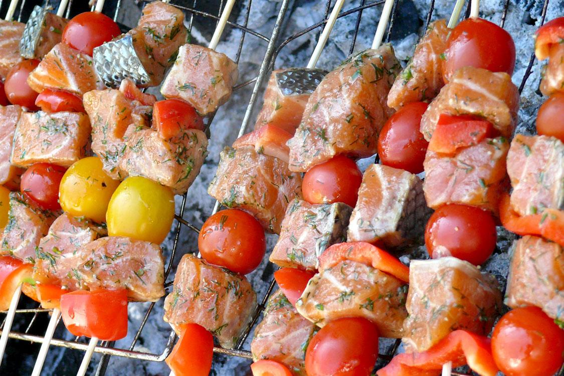 Espetadas de salmão e tomate cherry