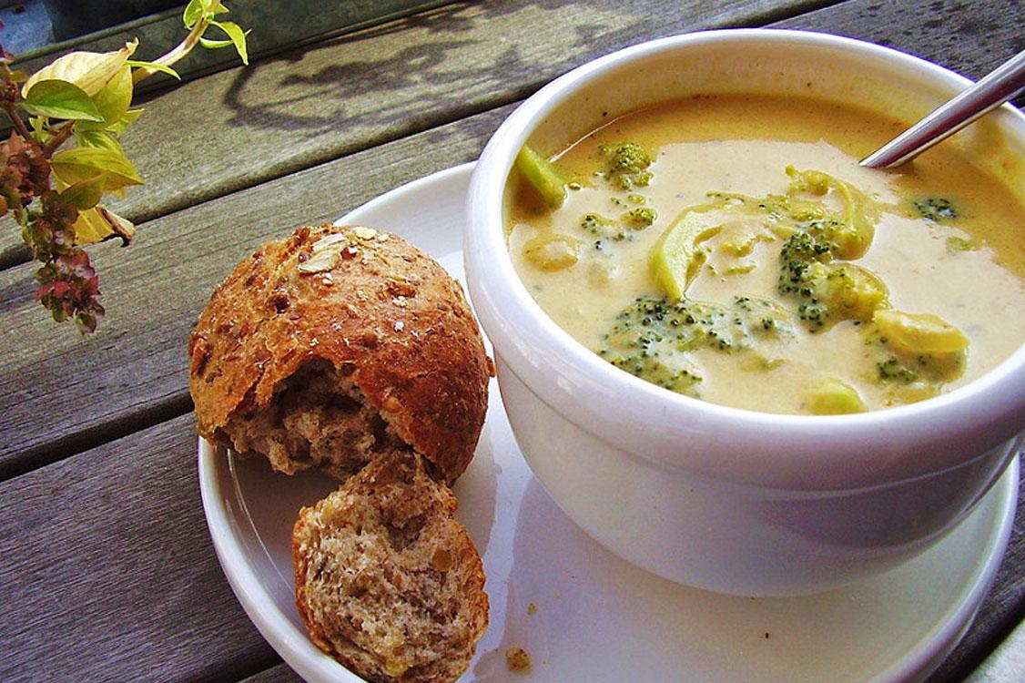 Uma delícia em forma de sopa de brócolos e queijo