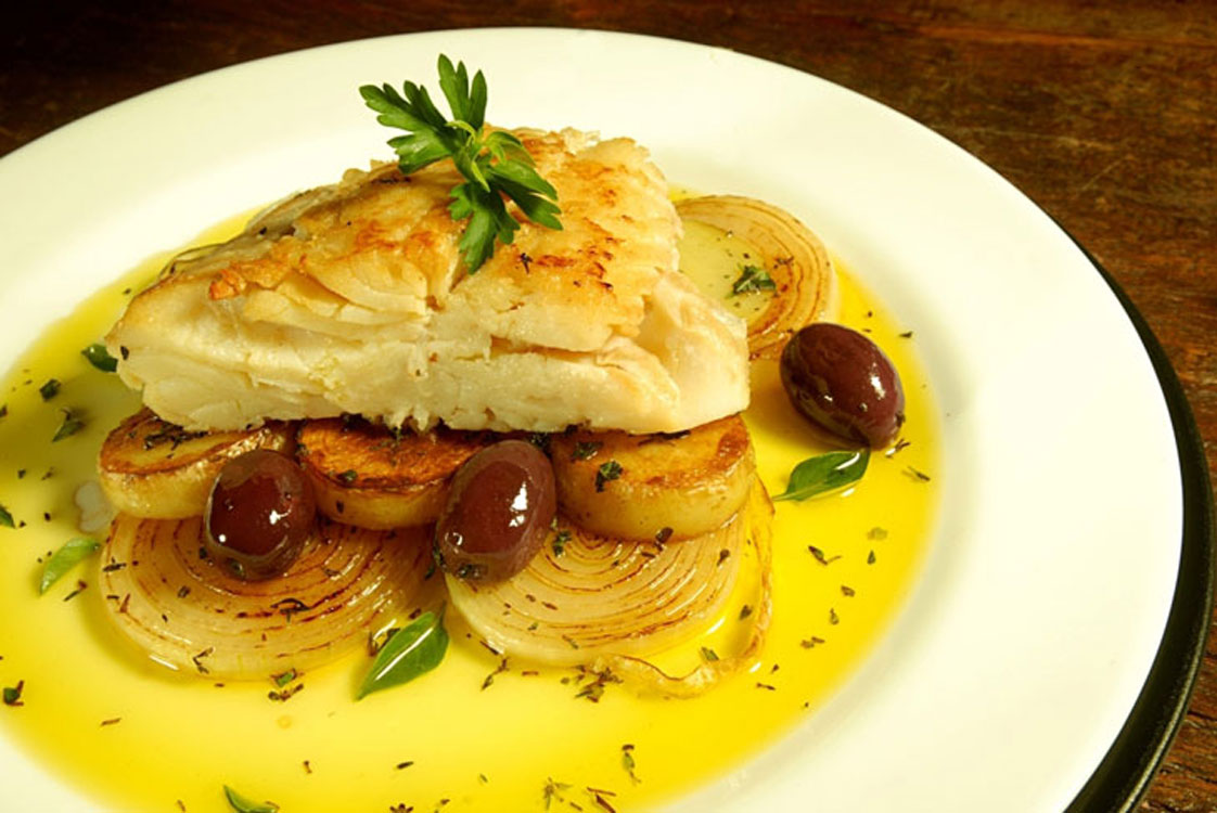 Receita tradicional de bacalhau assado com batatas