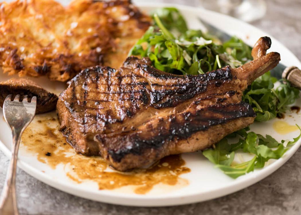 Sem ideias para o próximo almoço com os amigos? Eu vou fazer umas costeletas de porco!