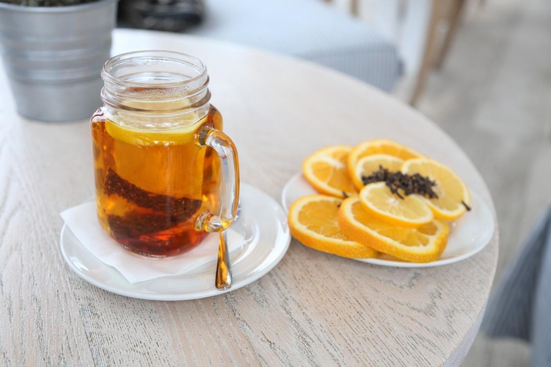Chá frio de laranja, limão e canela