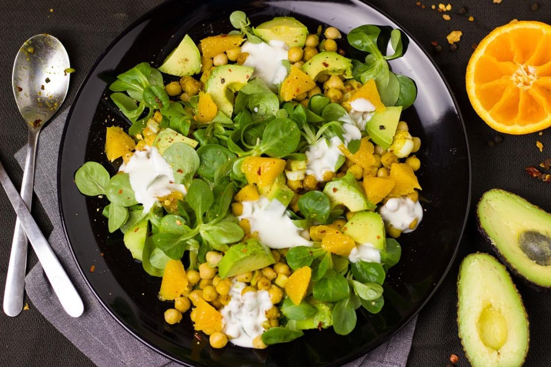Salada de abacate e grão-de-bico