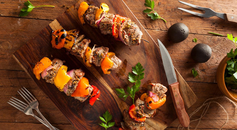 Espetada de carnes e vegetais