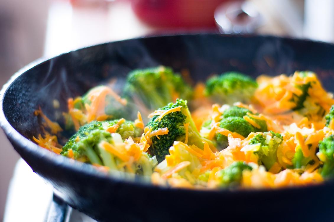 Brócolos salteados com cenoura