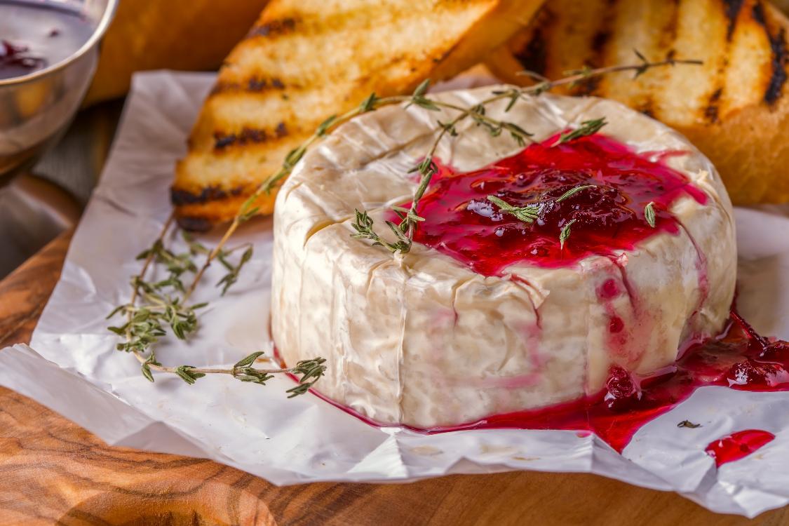 Camembert assado com tomilho e doce de morango