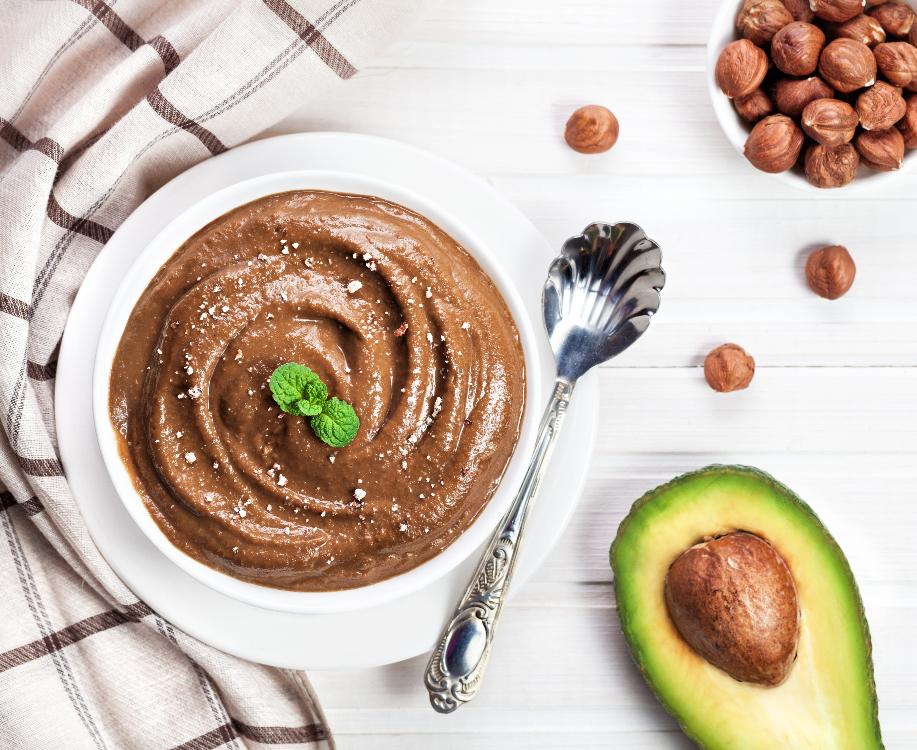 Pudim de chocolate, abacate e leite de coco