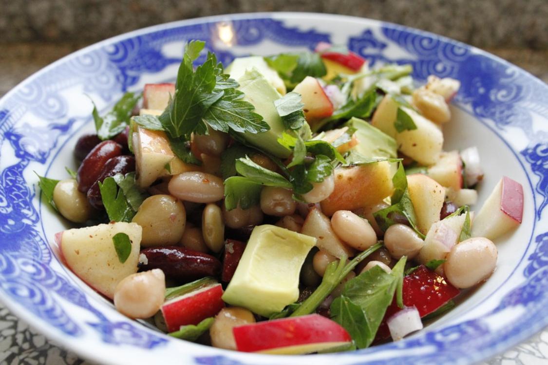 Salada de feijão, abacate e maçã
