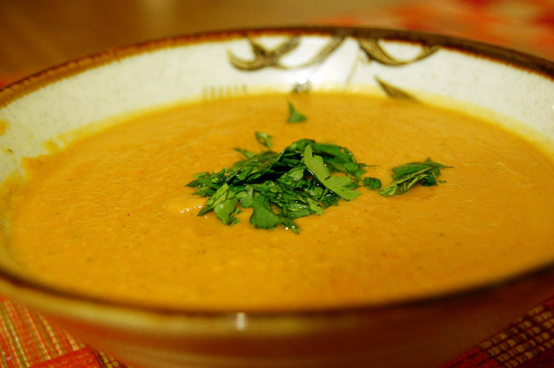 Esta receita de sopa de batata-doce com cenoura é deliciosa e saudável!