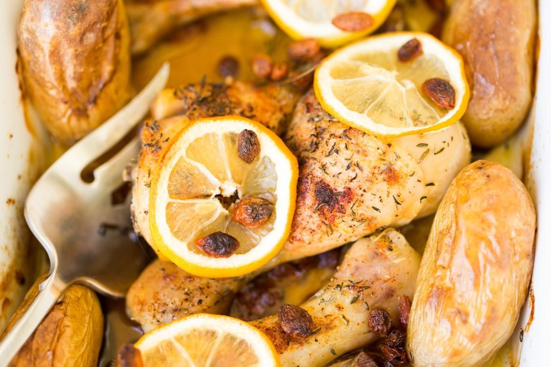 Frango assado com rodelas de limão