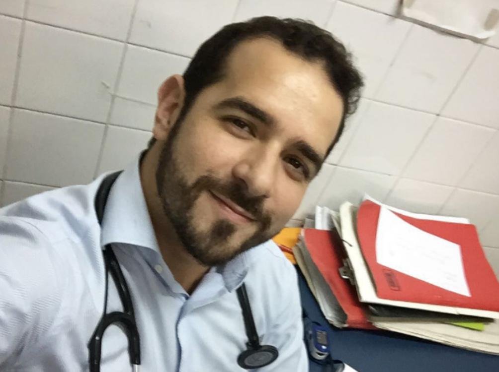 Médico demitido atende pacientes à porta do hospital… por amor