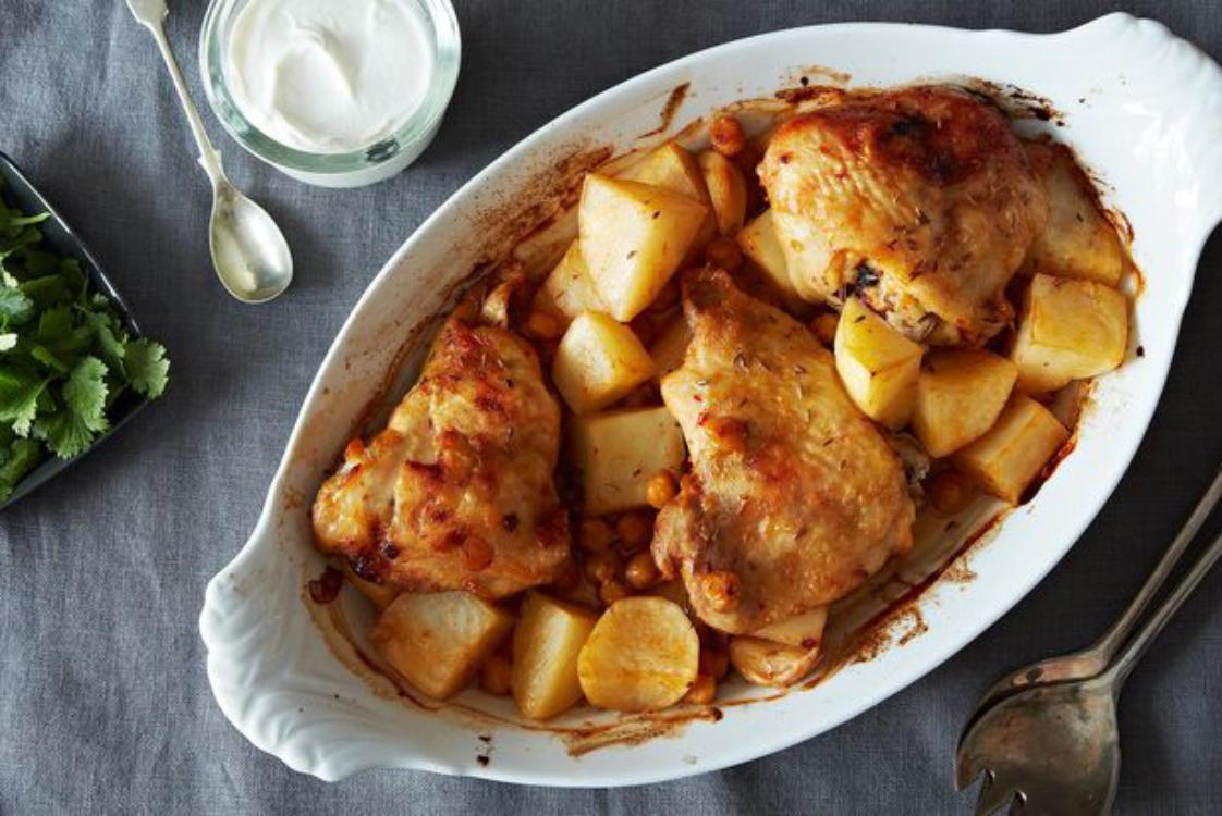 Frango assado com batatas e grão-de-bico