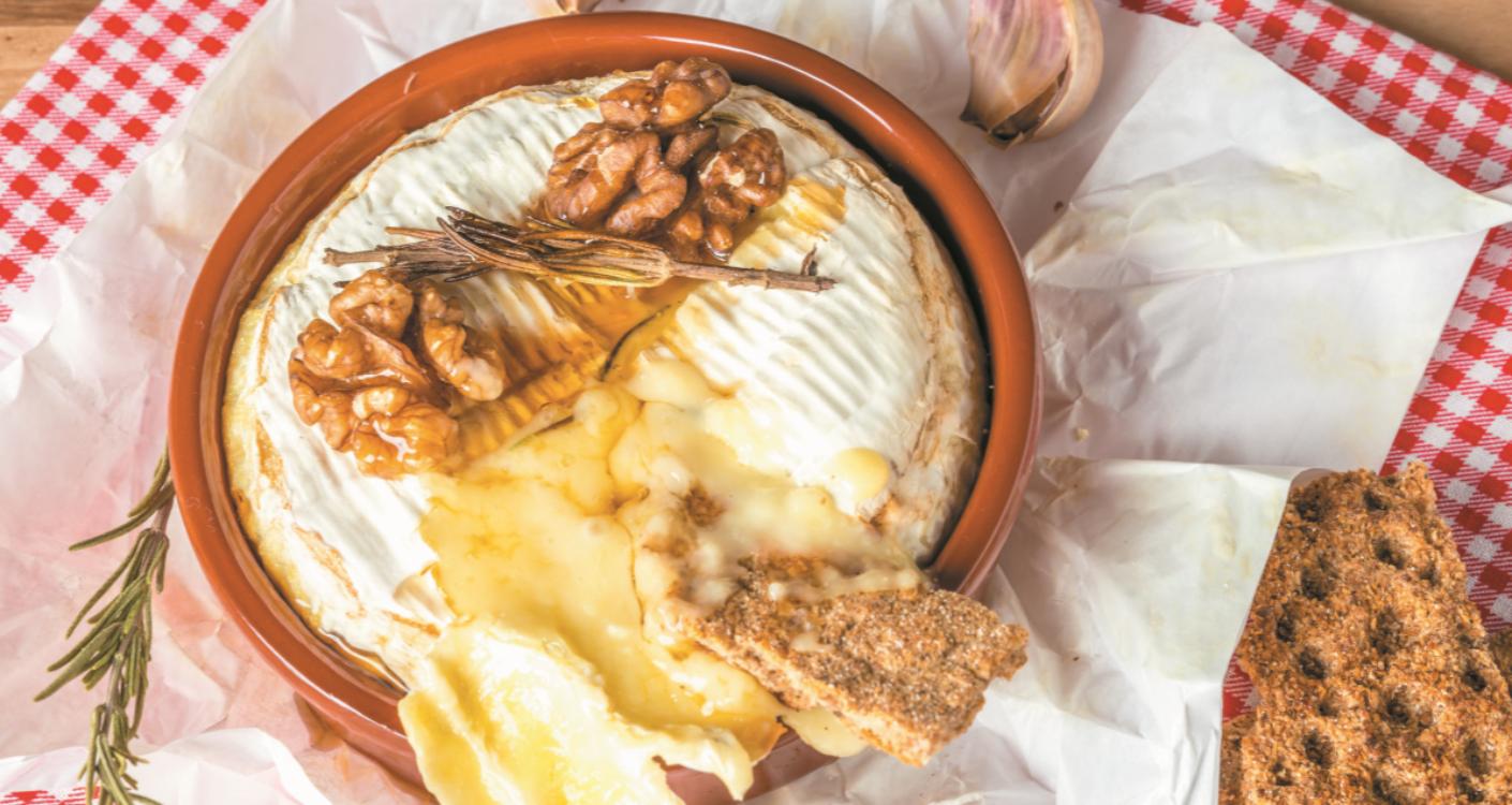 Queijo Camembert com nozes, alho, mel e alecrim