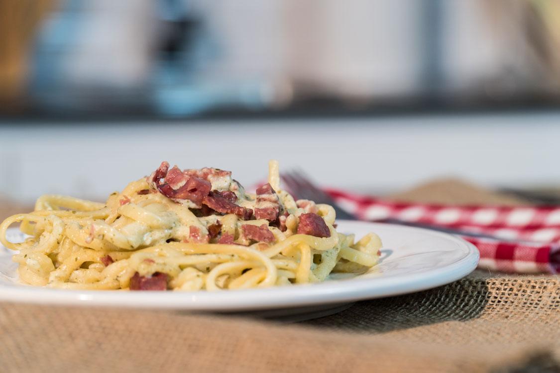 Linguini com bacon e queijo da ilha