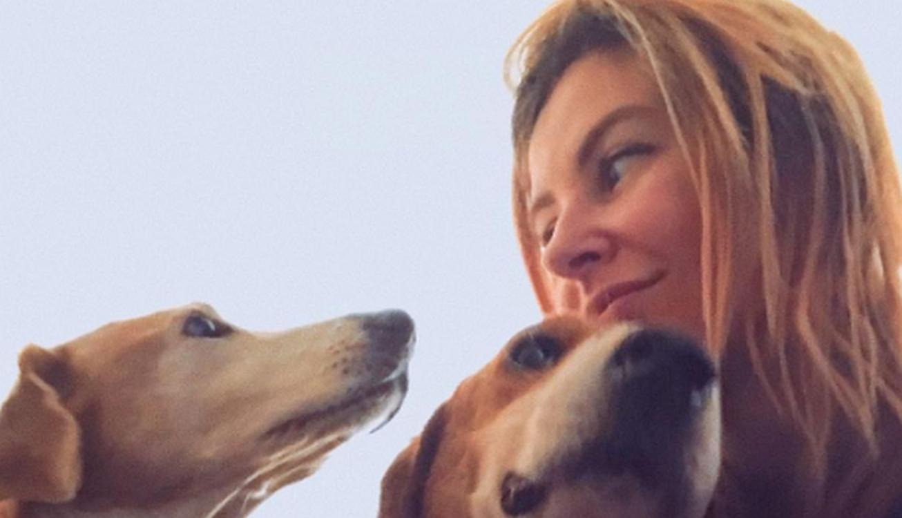Fotógrafa toma decisão radical e vive no meio da floresta com cães doentes!