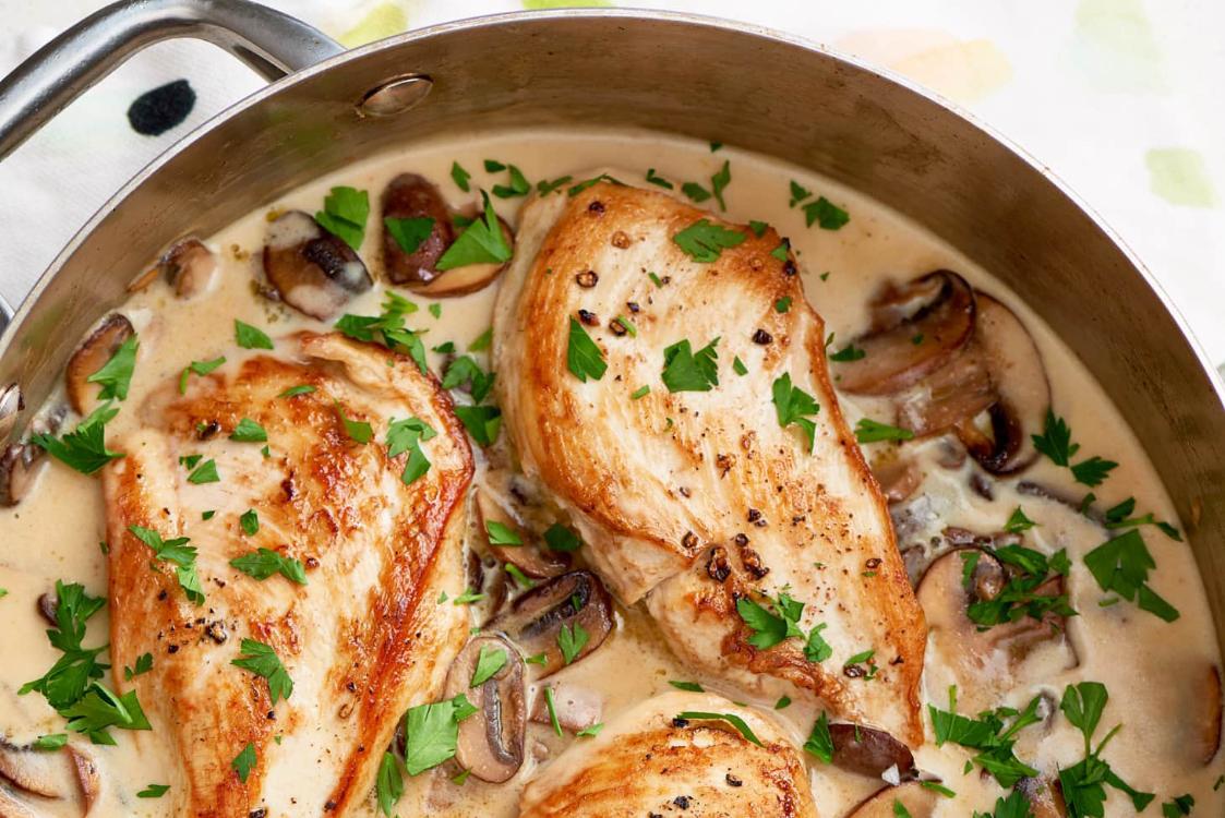 Frango cremoso com cogumelos, alho e parmesão